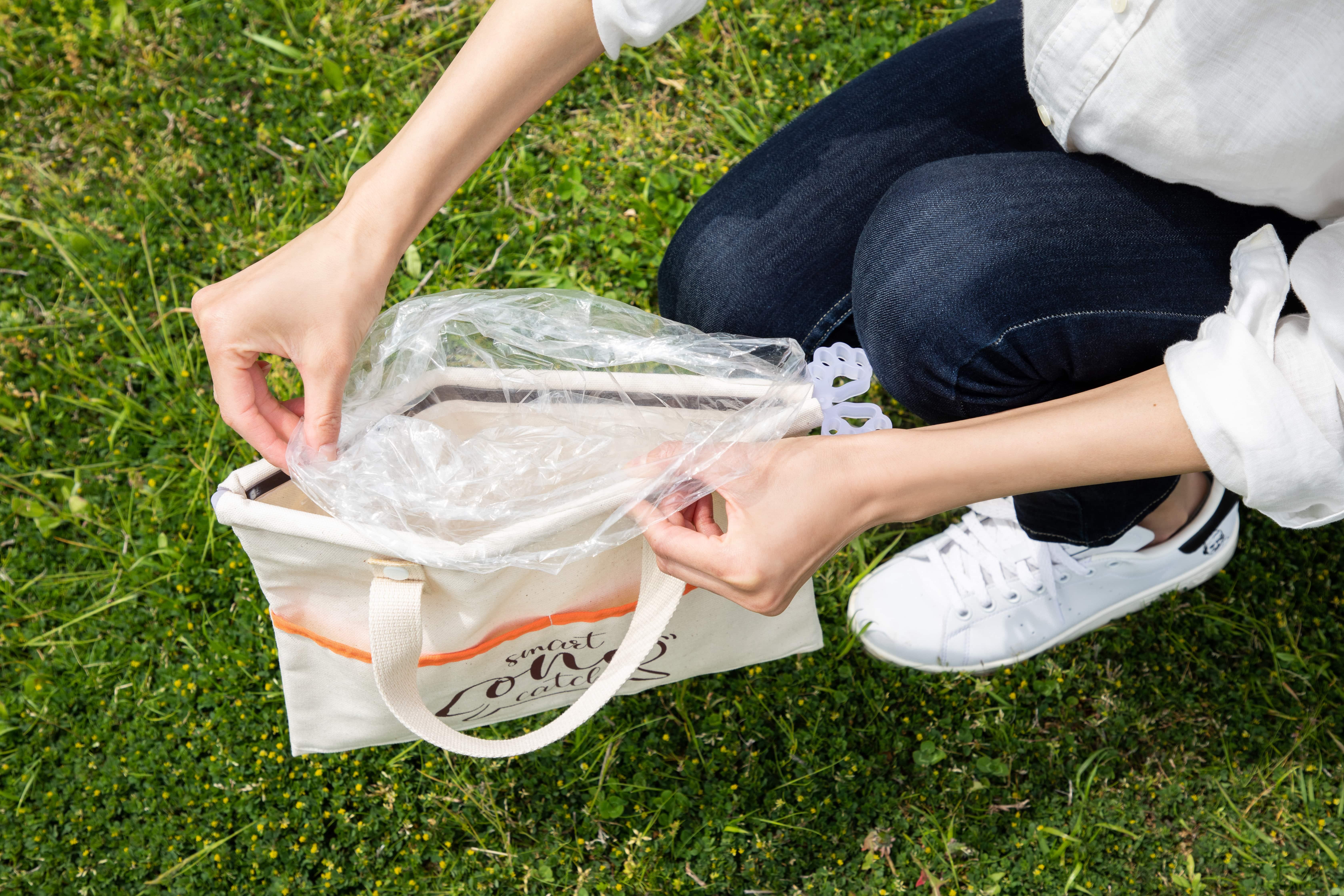 ビニール袋をバッグの両端に引っ掛けて固定します。