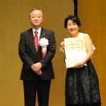 しんくみ大賞を受賞した山田のりこさん(写真右)と全国信用組合中央協会の柳沢祥二会長。