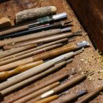 使用する彫刻刀。自作のものもある。