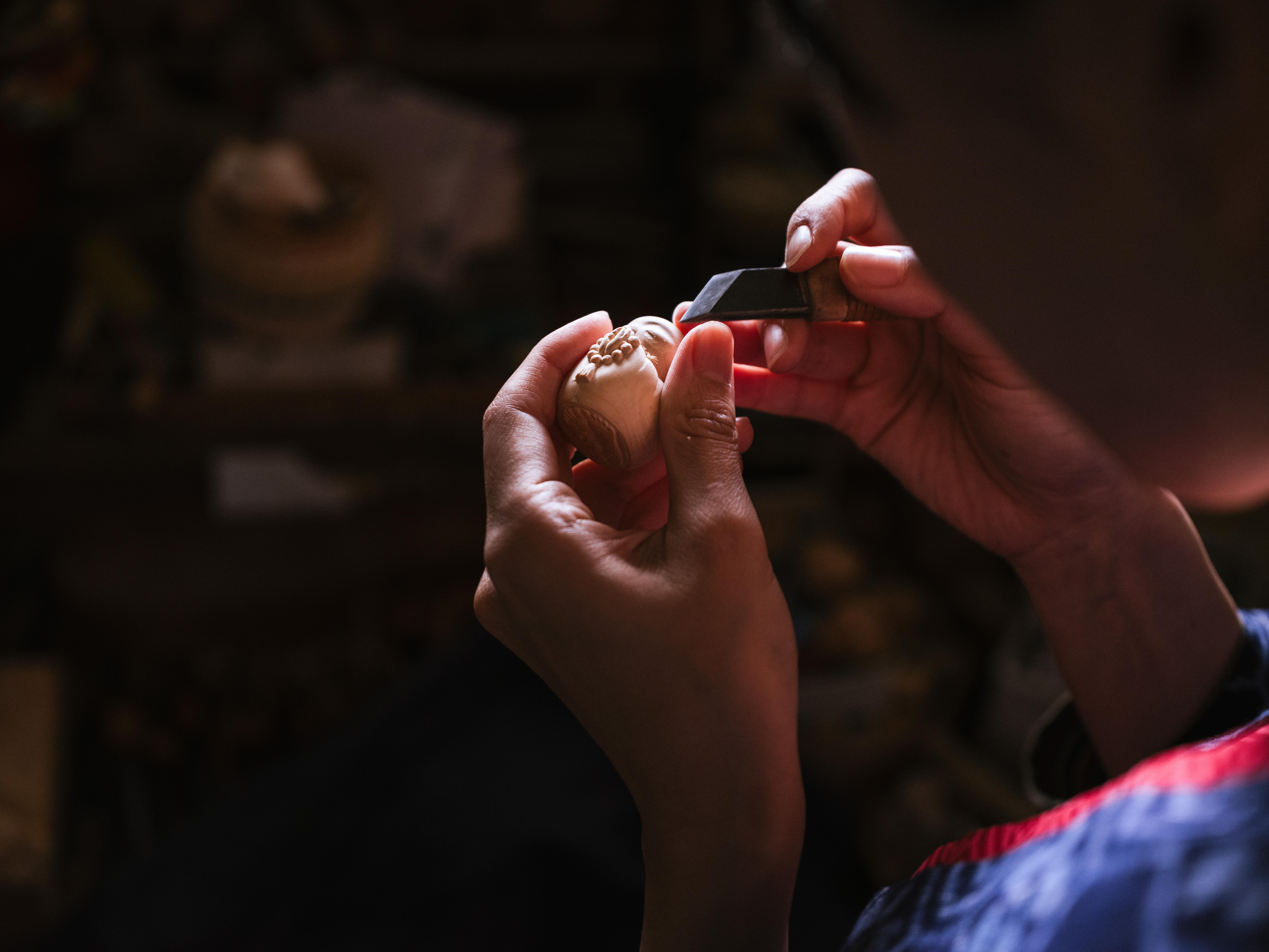 荒彫りをした後、彫刻刀で細かな彫り。ごく小さな見えないようなところまで彫っていく。