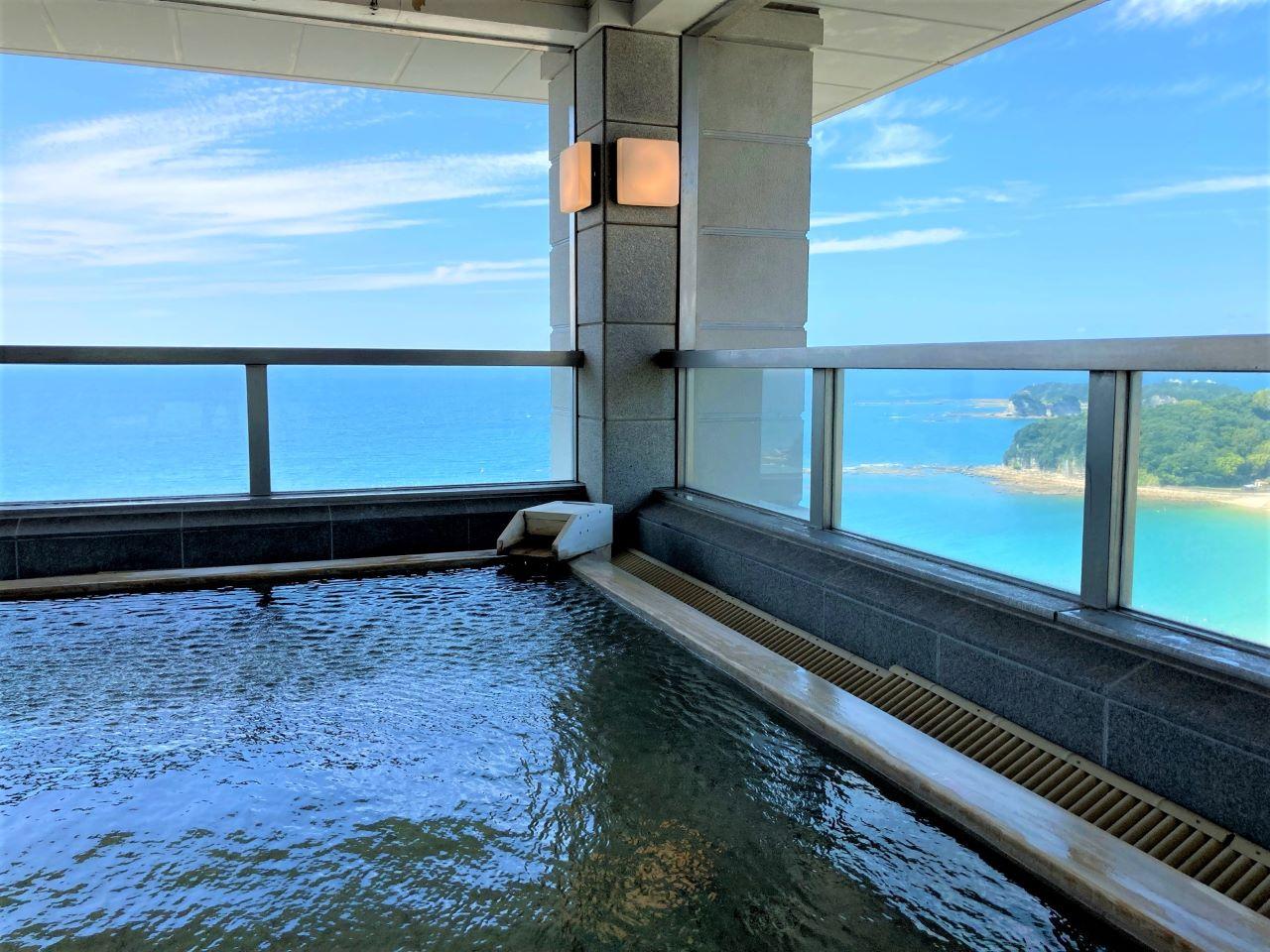 最上階の露天風呂は海に囲まれた絶景温泉!オーシャンビューの客室や充実の朝食も魅力「南紀白浜マリオットホテル」【宿泊ルポ】 画像1