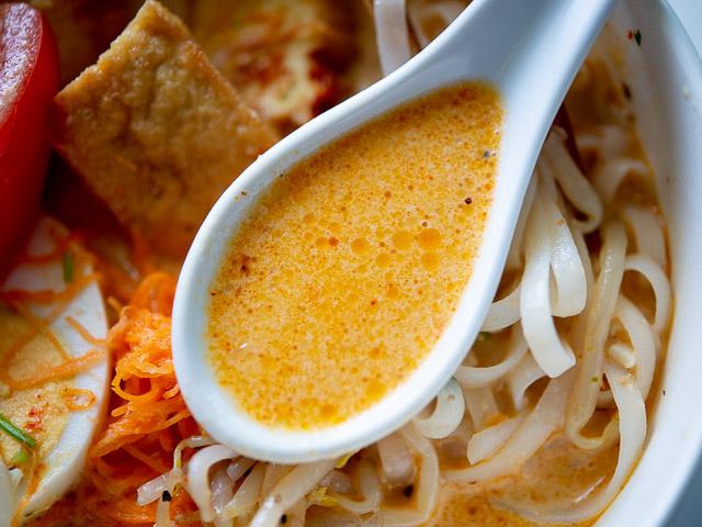 【成城石井エスニック惣菜レビュー】「シンガポール風ラクサ」はスープの旨さが本格的! 画像4