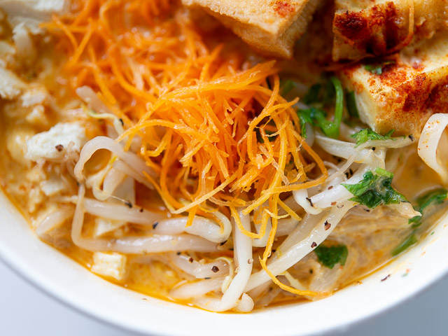 【成城石井エスニック惣菜レビュー】「シンガポール風ラクサ」はスープの旨さが本格的! 画像6