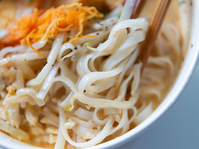 【成城石井エスニック惣菜レビュー】「シンガポール風ラクサ」はスープの旨さが本格的! 画像9
