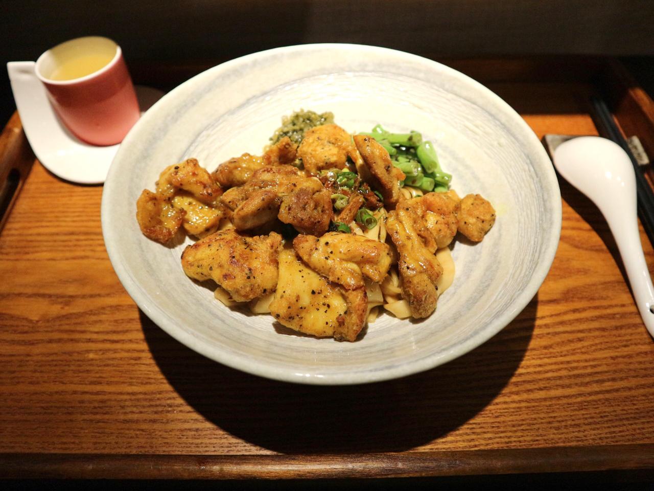 【台湾】揚げたての鶏肉たっぷりの汁なし麺が絶品!隠れ家のような雰囲気の台北「來了就吃」 画像1