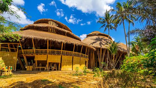グリーンスクールは、環境に優しい竹でできた校舎でも有名