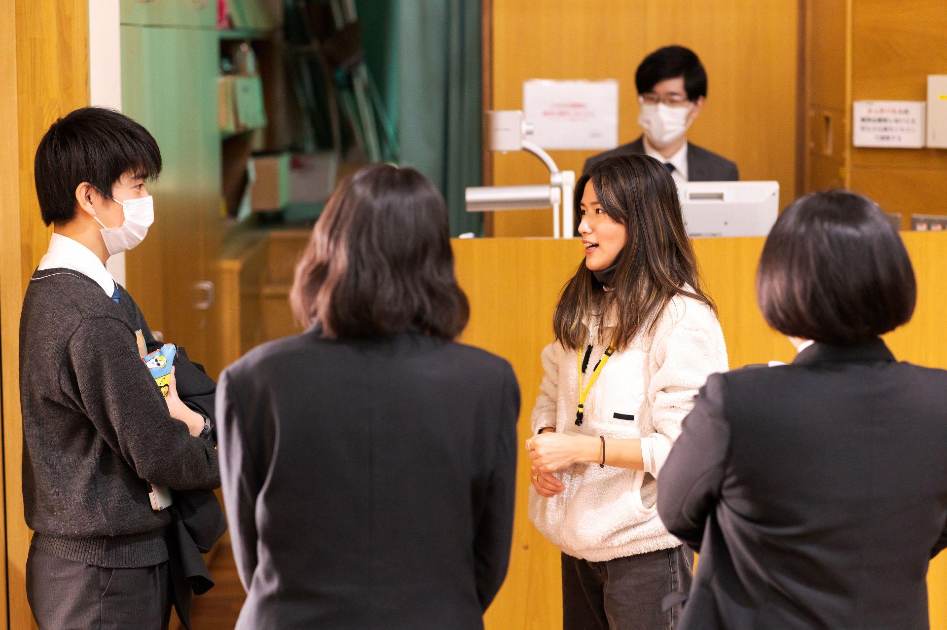 講演先で生徒と話す露木さん。